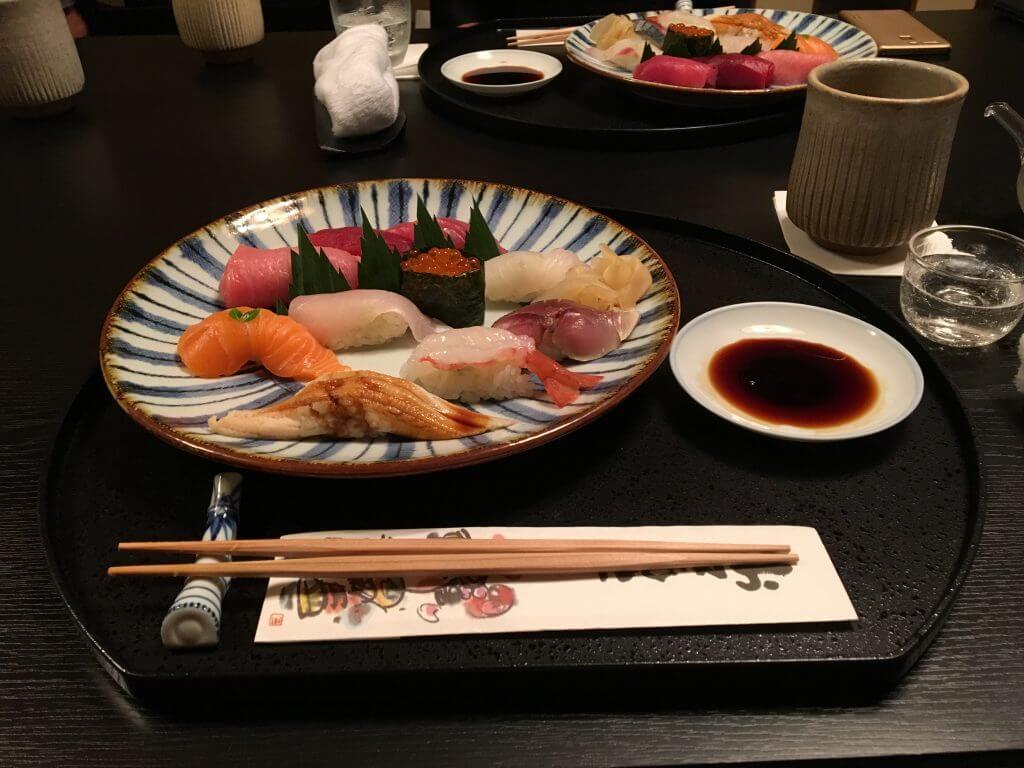 """Sushi sashimi """"class ="""" wp-image-11391 """"srcset ="""" https://blog.japanwondertravel.com/wp-content/uploads/2018/09/IMG_0153-1024x768.jpg 1024w, https: //blog.japanwondertravel. com / wp-content / uploads / 2018/09 / IMG_0153-1024x768-600x450.jpg 600w, https://blog.japanwondertravel.com/wp-content/uploads/2018/09/IMG_0153-1024x768-768x576.jpg 768w, https://blog.japanwondertravel.com/wp-content/uploads/2018/09/IMG_0153-1024x768-678x509.jpg 678w, https://blog.japanwondertravel.com/wp-content/uploads/2018/09/IMG_0153 -1024x768-326x245.jpg 326w, https://blog.japanwondertravel.com/wp-content/uploads/2018/09/IMG_0153-1024x768-80x60.jpg 80w """"dimensions ="""" (largeur maximale: 1024px) 100vw, 1024px"""