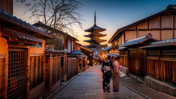 Geisha in Kyoto, pagoda tower